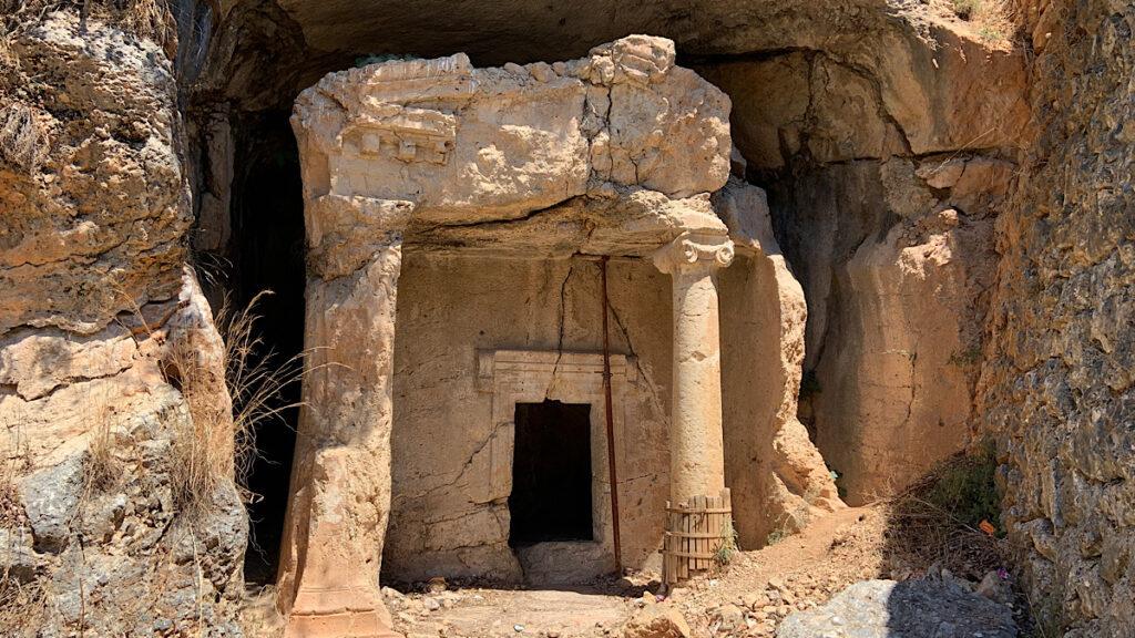 akyaka kaya mezarları